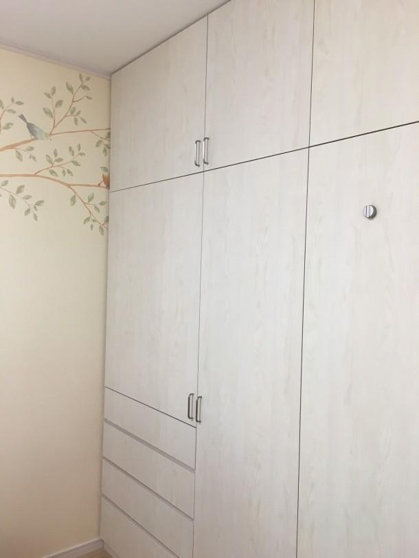 オーダーメイドの間仕切り壁面収納家具