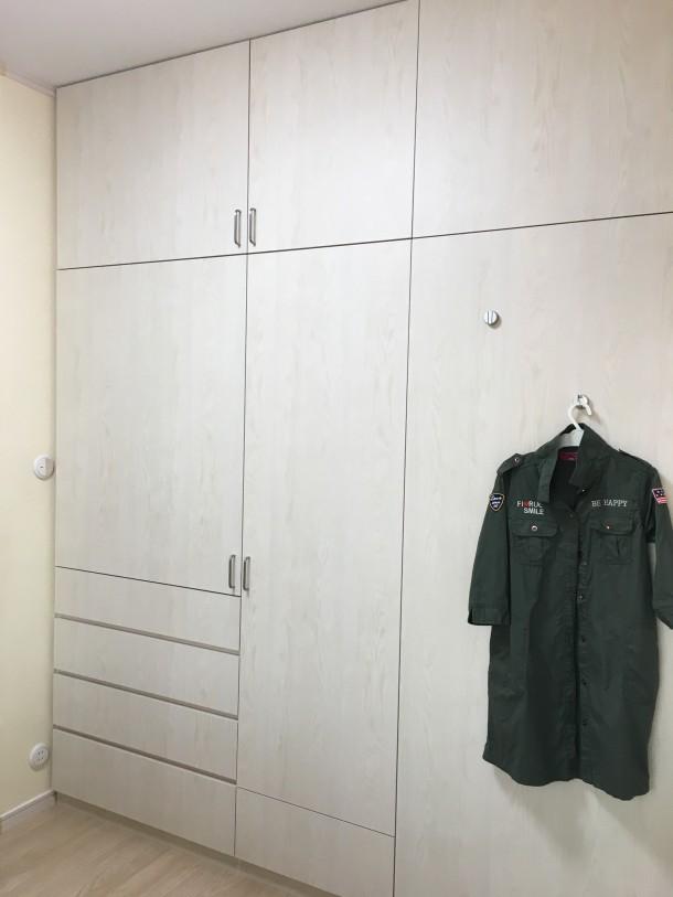 オーダーメイド家具の間仕切り収納棚
